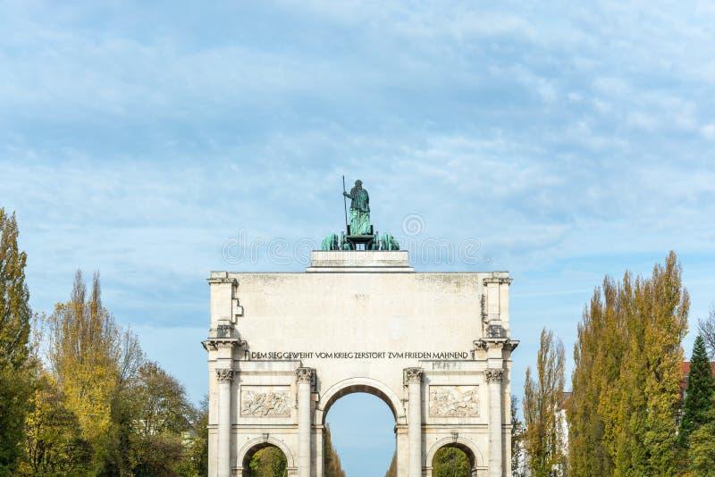 Siegestor在慕尼黑,有后边树的德国 免版税库存照片
