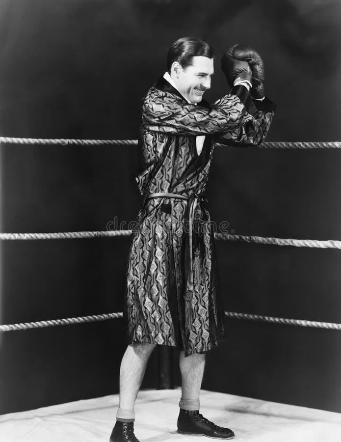 Siegreicher Boxer im Ring (alle dargestellten Personen sind nicht längeres lebendes und kein Zustand existiert Lieferantengaranti lizenzfreies stockfoto
