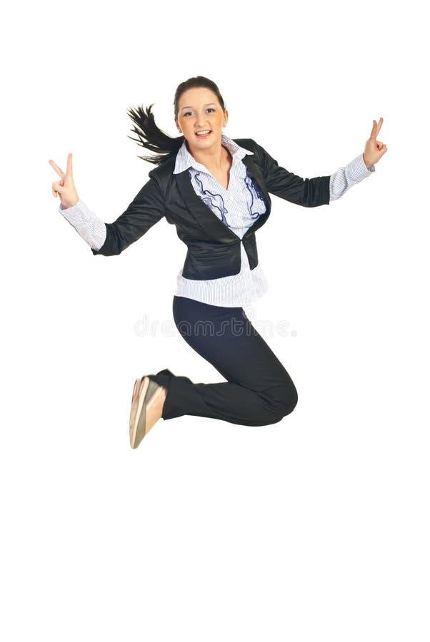Siegreiches Geschäftsfrauspringen stockfoto