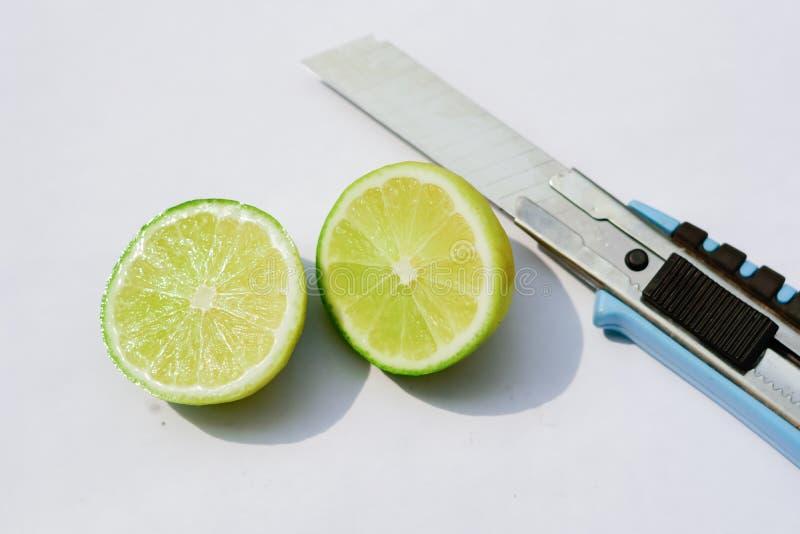 Siekający nóż z białym tłem i cytryna zdjęcie stock