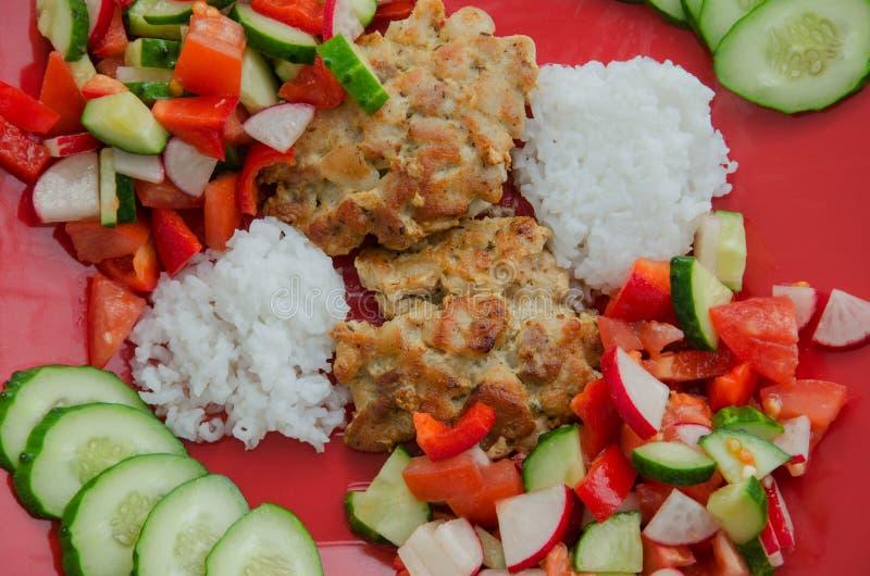 Download Siekający Cutlets Z Garnirunkiem Zdjęcie Stock - Obraz złożonej z czerń, ryż: 53789774