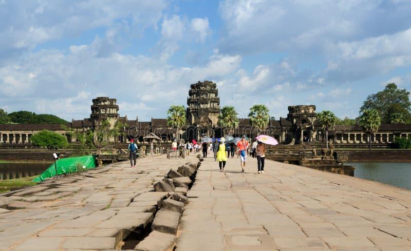 Siem oogst, Kambodja - December 2, 2015: De mensen bezoeken geruïneerde torens op het westen van de buitenbijlage in Angkor Wat stock afbeelding