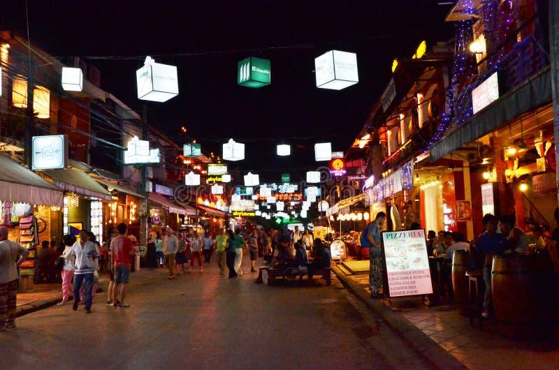 Siem oogst, Kambodja - December 2, 2015: De niet geïdentificeerde toeristen die bij de Barstraat winkelen in Siem oogsten royalty-vrije stock fotografie