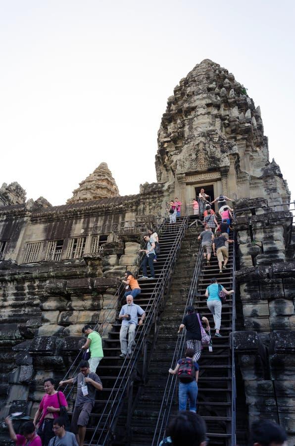 Siem oogst, Kambodja - December 4, 2015: De toeristen beklimmen aan een het bidden toren in Angkor Wat royalty-vrije stock foto