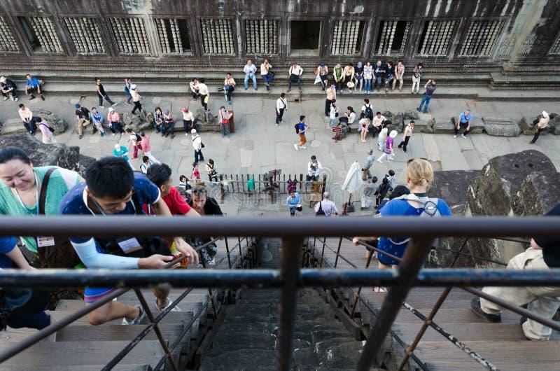 Siem oogst, Kambodja - December 4, 2015: De toeristen beklimmen aan een het bidden toren in Angkor Wat stock afbeeldingen