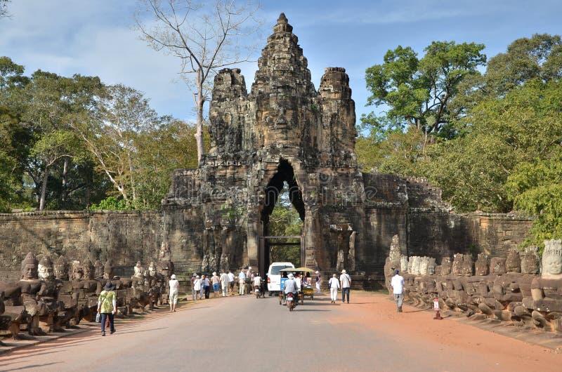 Siem oogst, Kambodja - December 4, 2015: De toeristen bij Zuidenpoort aan Angkor Thom in Siem oogsten stock afbeelding