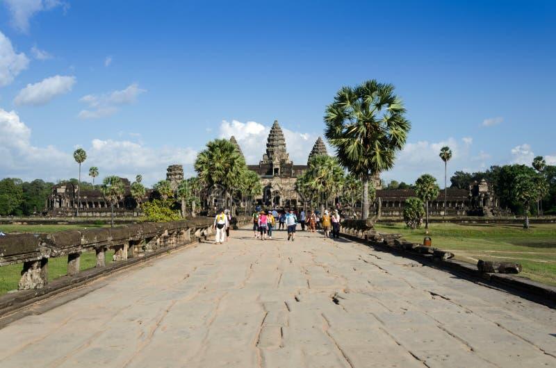 Siem oogst, Kambodja - December 2, 2015: Mensen bij de belangrijkste ingang van Angkor Wat stock foto's