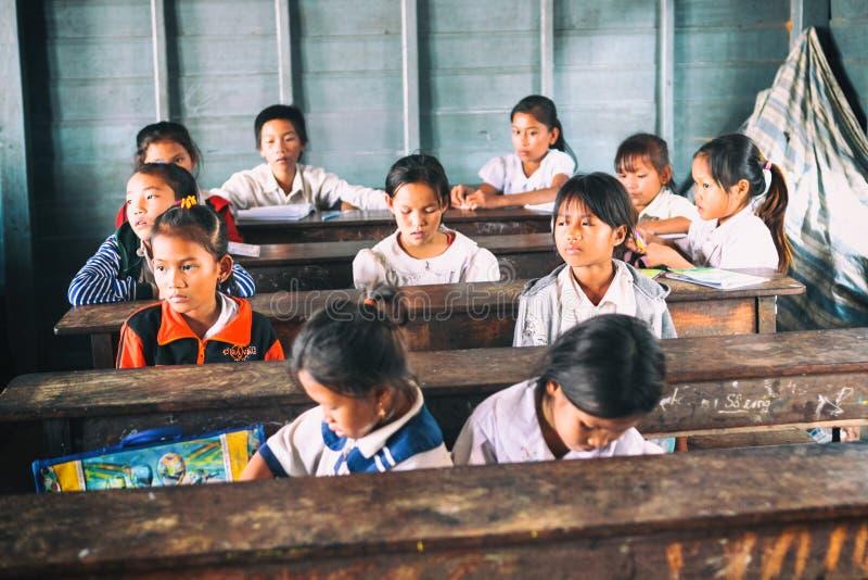 Siem oogst, Kambodja - 21 Januari, 2015: Cambodjaanse Studenten bij schoolklasse in het drijvende dorp royalty-vrije stock afbeeldingen