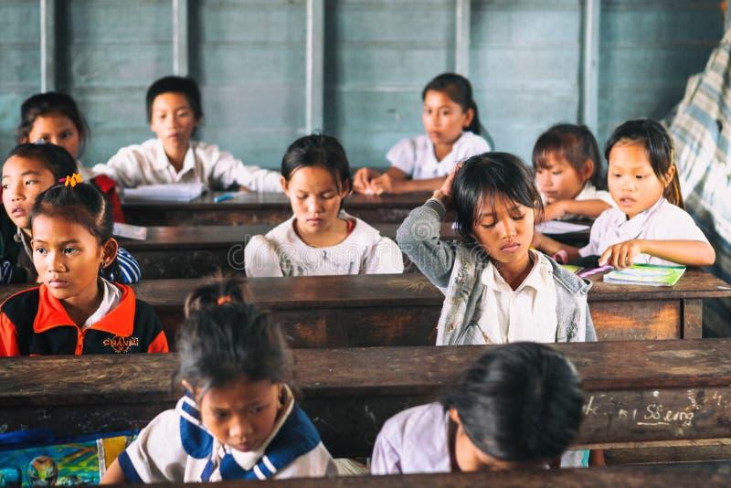 Siem oogst, Kambodja - 21 Januari, 2015: Cambodjaanse Studenten bij schoolklasse in het drijvende dorp stock fotografie