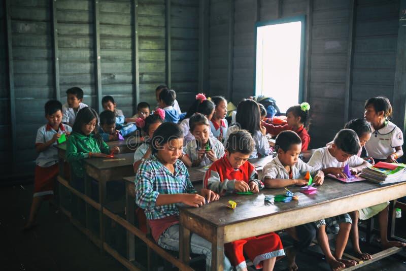 Siem oogst, Kambodja - 21 Januari, 2015: Cambodjaanse Studenten bij schoolklasse in het drijvende dorp royalty-vrije stock afbeelding