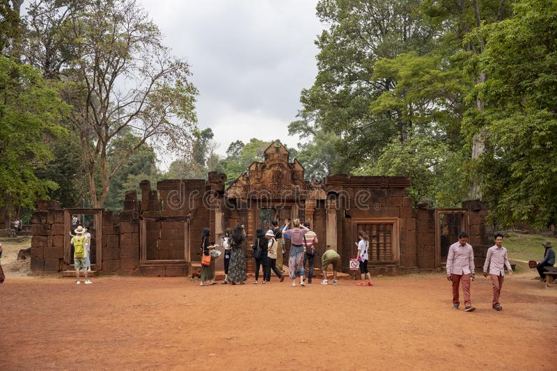 Siem oogst, Kambodja - 29 Maart 2018: toerist in angkorian tempel Banteay Srei Reisgroep op tempelingang royalty-vrije stock afbeelding