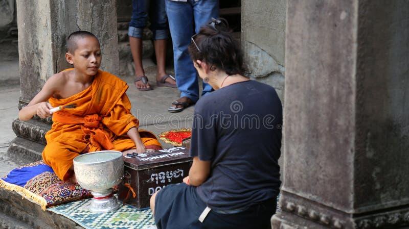Siem oogst, Nov., 2017 van Kambodja 16 - Boeddhistische monnik die toeristen in de tempel van Angkor zegenen Wat royalty-vrije stock afbeeldingen