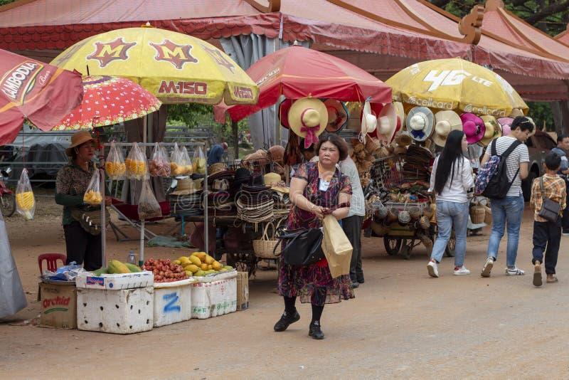 Siem Przeprowadza żniwa, Kambodża - 14 2018 Kwiecień: Kobieta kupuje jedzenie na otwartym owocowym rynku zdjęcie stock