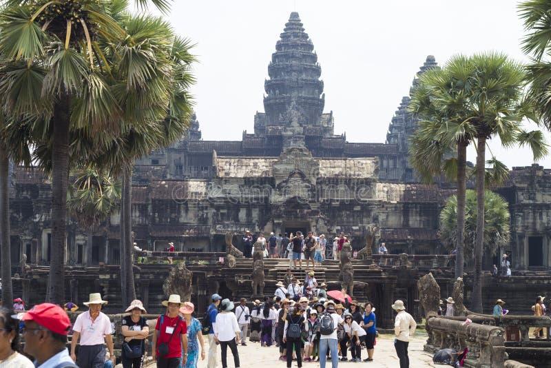 Siem Przeprowadza żniwa, Kambodża - 25 Marzec 2018: Angkor Wat świątynny widok z turystami obraz stock