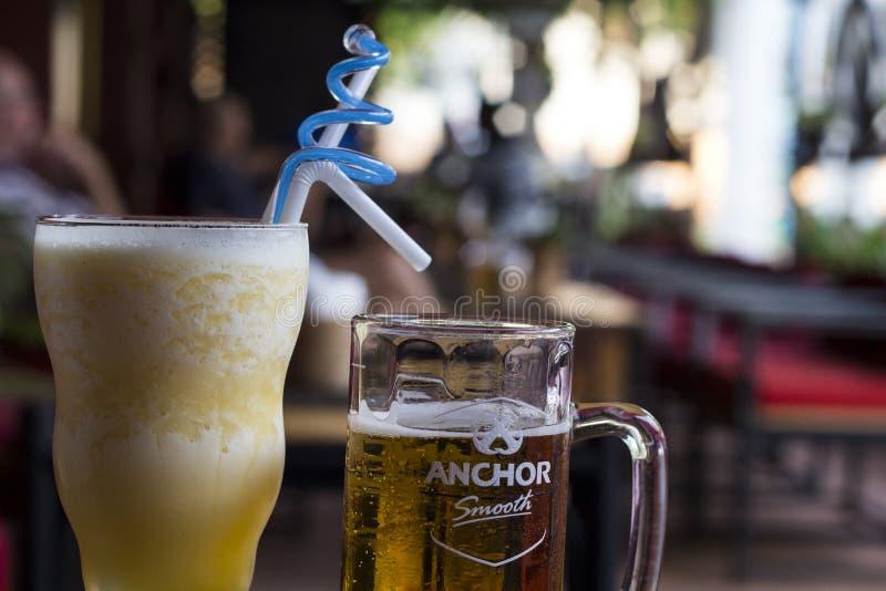 Siem Przeprowadza żniwa, Kambodża - 26 Marzec 2018: owocowy potrząśnięcie i Angkor szkic piwa filiżanka na cukiernianym ` s stole zdjęcia stock