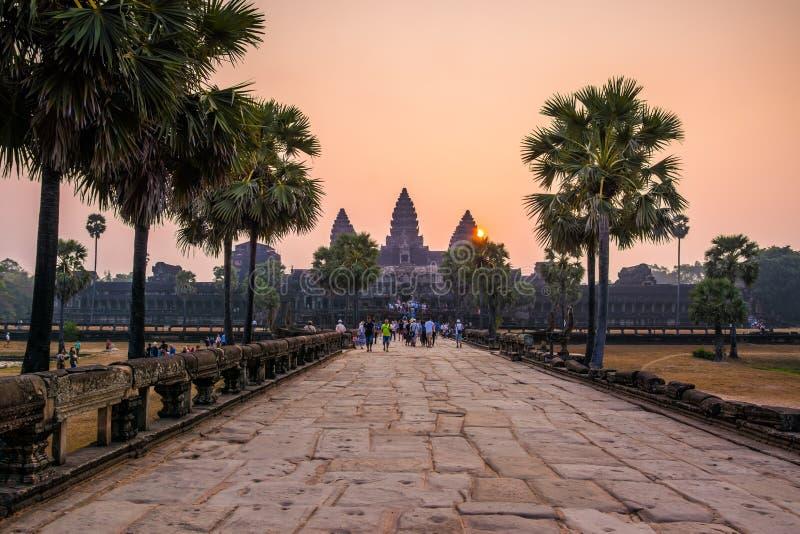 SIEM PRZEPROWADZAJĄ ŻNIWA, KAMBODŻA, MARZEC - 8, 2017: Turyści odwiedza Angkor Wat kompleks Angkor Wat jest wielkim religijnym za fotografia royalty free