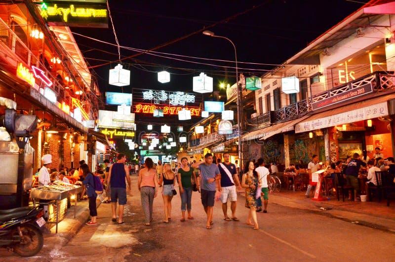 Siem Reap, Камбоджа - 2-ое декабря 2015: Неопознанные туристы ходя по магазинам на улице паба в Siem Reap стоковые фото