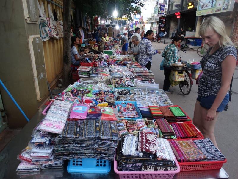 Siem Reap, Andenkenmarkt auf der Straße lizenzfreies stockfoto
