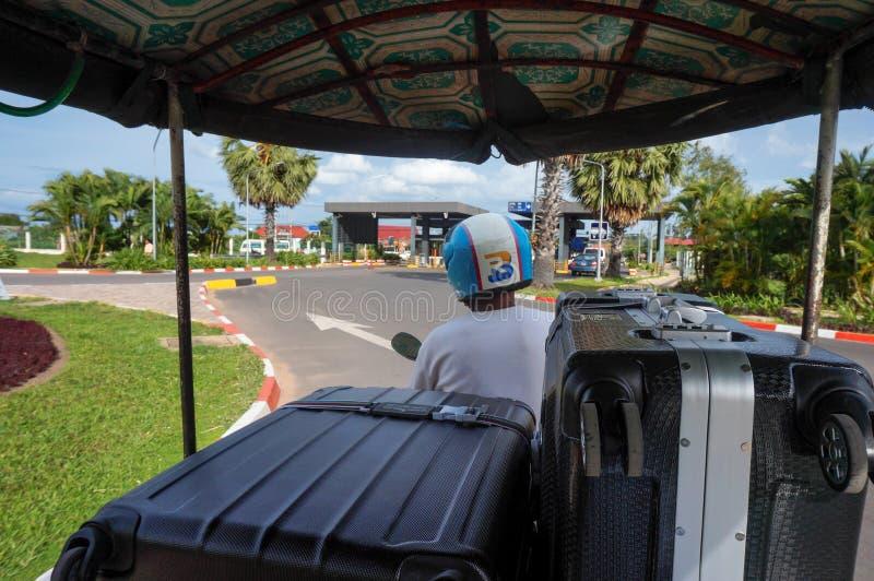 Siem Reap Cambodja - Augusti 3., 2016: Tuk-tukbilchauffören som är snabb, inte dyrt och lämpligt fotografering för bildbyråer