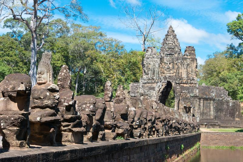 Siem Reap Cambodja - December 5 2016: Södra port i Angkor Thom En gitarr för F royaltyfri bild