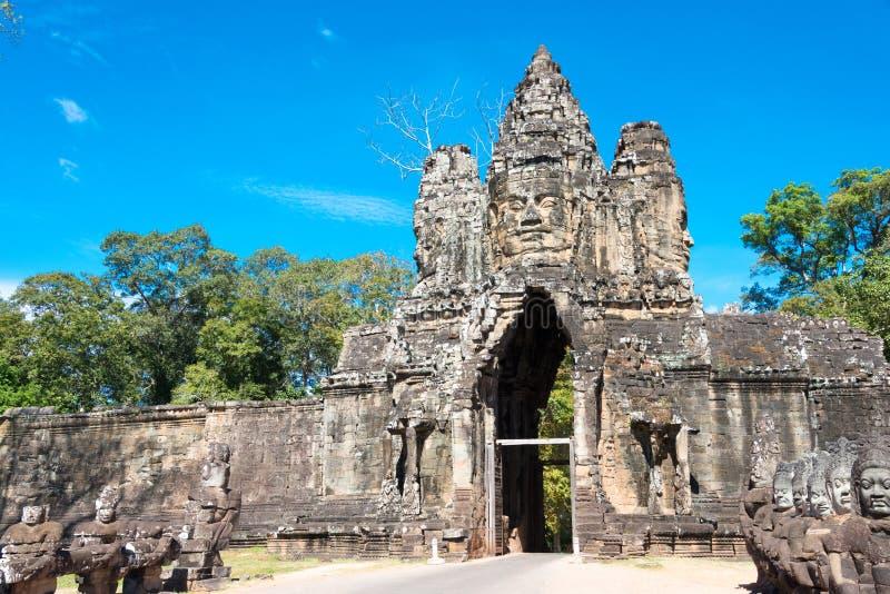 Siem Reap Cambodja - December 5 2016: Södra port i Angkor Thom En gitarr för F arkivbilder