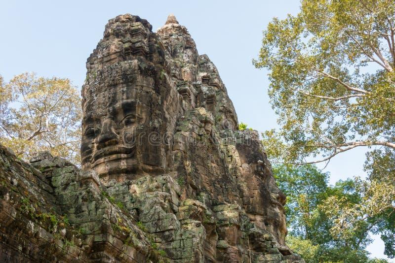 Siem Reap Cambodja - December 10 2016: Victory Gate i Angkor Thom royaltyfri bild