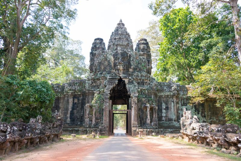 Siem Reap Cambodja - December 10 2016: Victory Gate i Angkor Thom royaltyfri foto