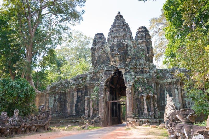 Siem Reap Cambodja - December 10 2016: Victory Gate i Angkor Thom royaltyfri fotografi