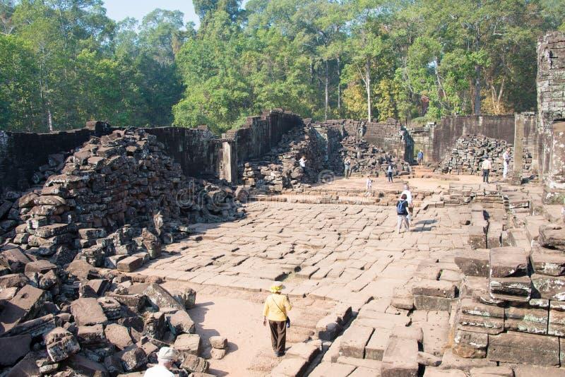 Siem Reap Cambodja - Februari 3 2015: Besökare på Angkor Thom en fam arkivfoton