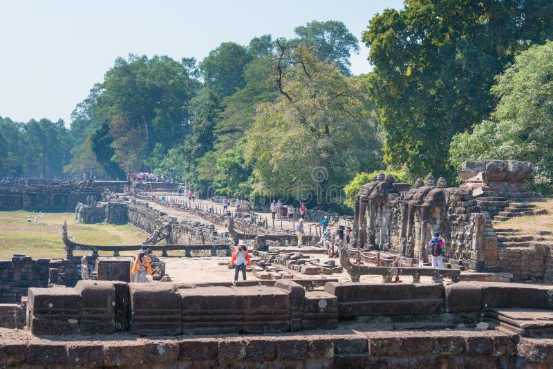 Siem Reap Cambodja - Februari 3 2015: Besökare på Angkor Thom en fam royaltyfri foto