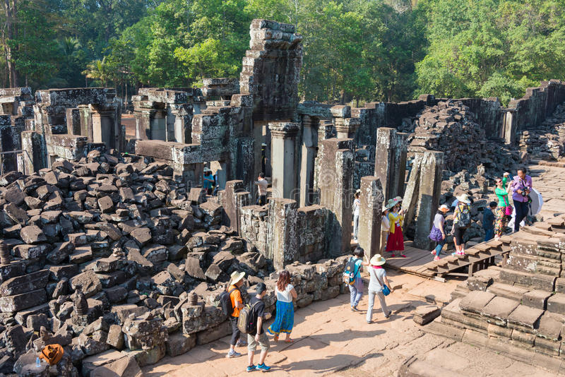 Siem Reap Cambodja - Februari 4 2015: Besökare på Angkor Thom en fam royaltyfria bilder