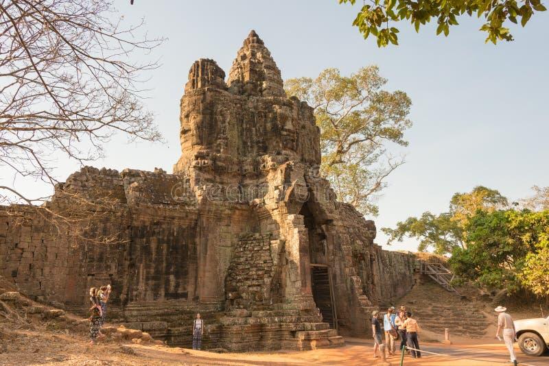 Siem Reap Cambodja - Februari 4 2015: Besökare på Angkor Thom en fam royaltyfri bild