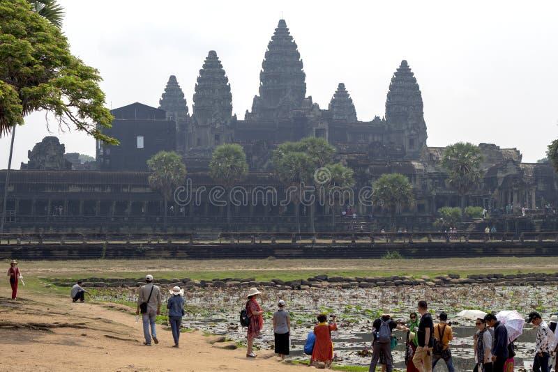Siem Reap Cambodja - 25 mars 2018: turister i forntida tempel av det Angkor Wat komplexet Angkor morgonsikt royaltyfria bilder