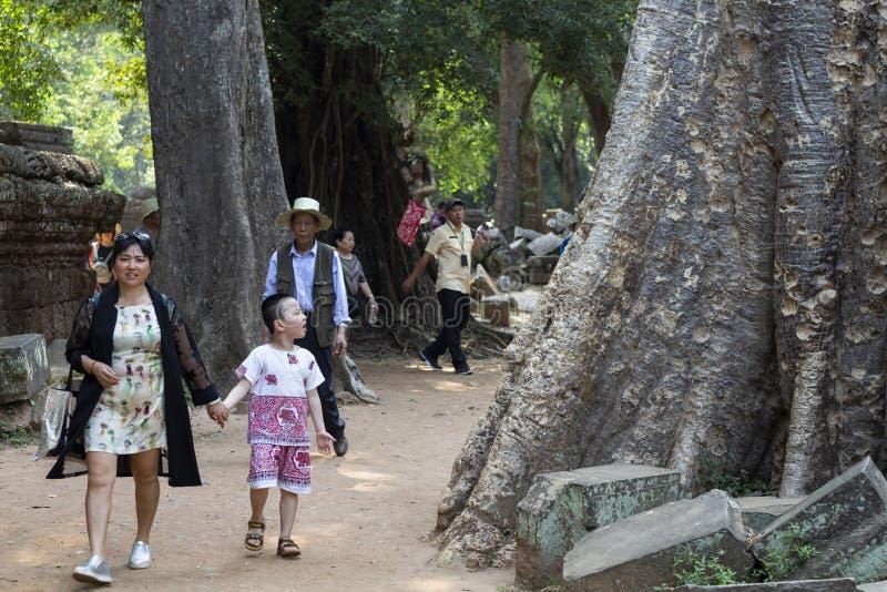 Siem Reap, Cambogia - 27 marzo 2018: Turista cinese nel complesso di Angkor Wat Viaggio cinese del turista fotografia stock libera da diritti
