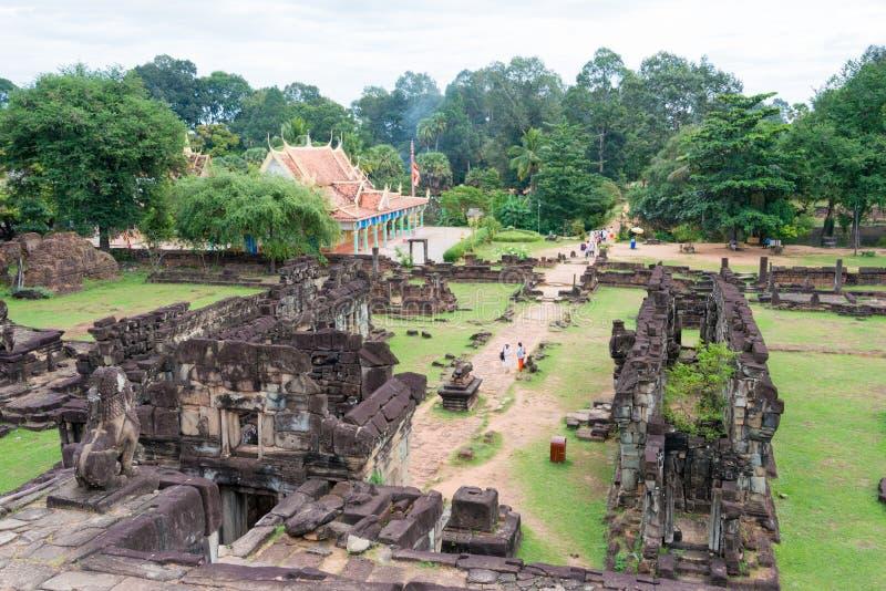 Siem Reap, Camboja - 1º de dezembro de 2016: Bakong em templos de Roluos Uma guitarra elétrica do stratocaster do F fotografia de stock