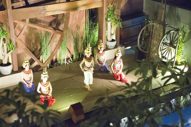 SIEM REAP, CAMBOJA - 30 DE JANEIRO DE 2015: Cena da execução clássica do Khmer - dança antiga tradicional da dança de Apsara em C imagem de stock