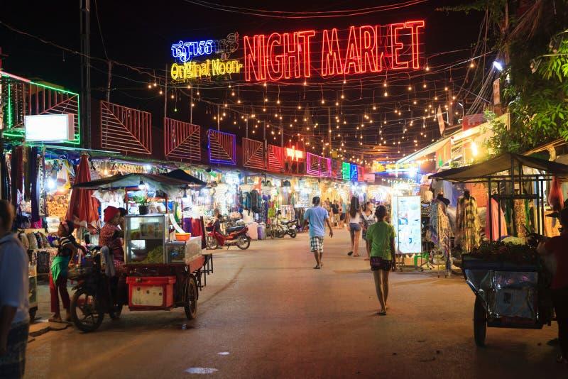SIEM REAP, CAMBOYA - 29 DE MARZO DE 2017: Barras, restaurantes y luces a lo largo de la calle del Pub en Siem Reap Camboya en la  fotos de archivo