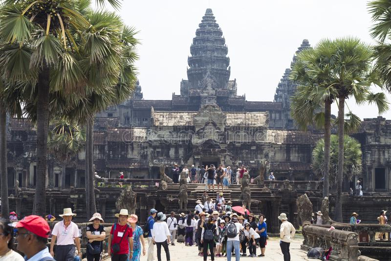 Siem Reap, Camboya - 25 de marzo de 2018: Opinión del templo de Angkor Wat con los turistas imagen de archivo