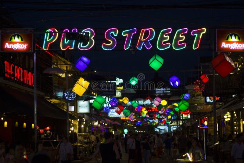 Siem Reap, Camboya - 26 de marzo de 2018: Opinión de la noche de la calle del Pub con las barras y los clubs nocturnos Lugar turí foto de archivo libre de regalías