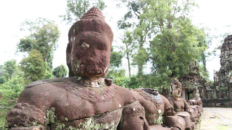 Siem Reap, Camboya 15 de noviembre de 2017: Entrada alineada con las esculturas de piedra al templo de Preah Khan fotos de archivo