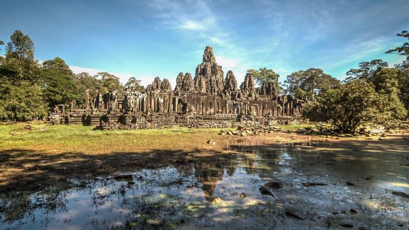 Siem Reap, Camboya, el 6 de diciembre de 2015: El muchos hacen frente al templo de Bayon en el sitio de Angkor Wat en Camboya imagenes de archivo