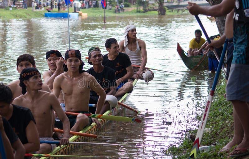 SIEM REAP, CAMBOYA - NOVIEMBRE DE 2016: Corredores asiáticos tradicionales del barco que descansan por el borde de un río durante imagen de archivo libre de regalías