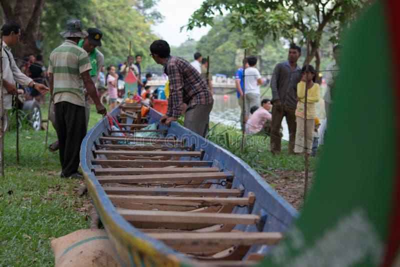 SIEM REAP, CAMBOYA - NOVIEMBRE DE 2016: Miembros de equipo de barco que examinan su barco en las regatas tradicionales fotografía de archivo libre de regalías