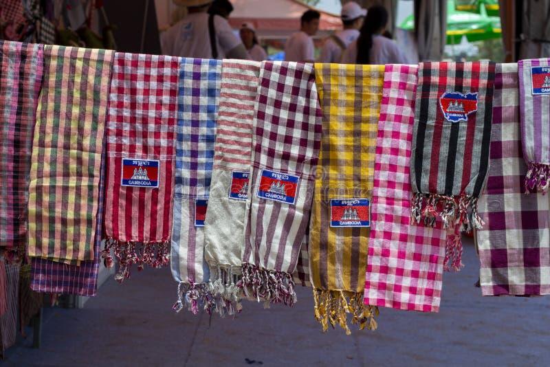 Siem Reap, Kambodscha - 14. April 2018: Traditionelle kambodschanische Schals auf Andenkenmarkt Touristischer Souvenirladen stockbild