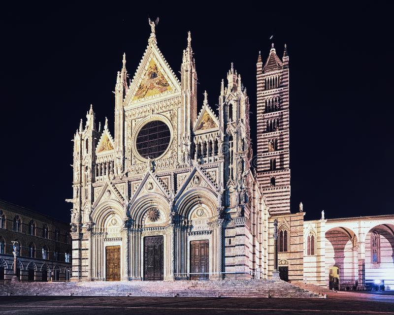 Siena domkyrka på natten arkivfoton