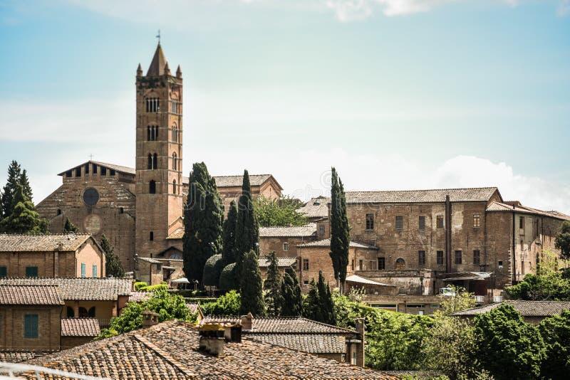 Siena horizon met campanile van Basiliek van San Clemente in Santa Maria-dei Servi stock afbeeldingen