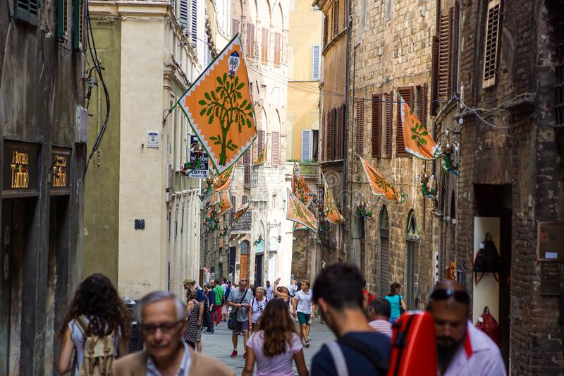 SIENA, ITALI? - MEI 12: Toerist in de oude straat in Siena, het gebied van Toscani?, Itali? op 12 Mei, 2014 Het historische centr stock foto's