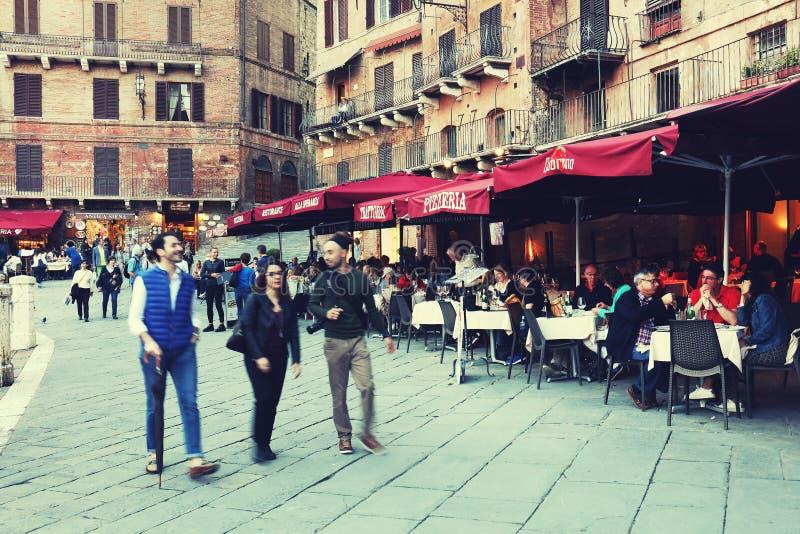 SIENA ITALIA - 10 de mayo de 2018: los turistas gozan de Piazza del Campo fotos de archivo libres de regalías