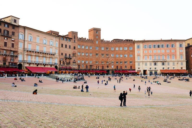 SIENA ITALIA - 10 de mayo de 2018: los turistas gozan de Piazza del Campo imágenes de archivo libres de regalías