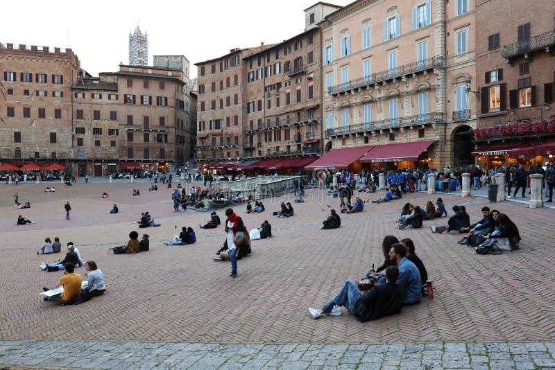 SIENA ITALIA - 10 de mayo de 2018: los turistas gozan de Piazza del Campo imagenes de archivo